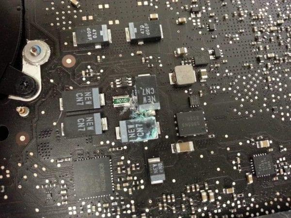 Oxidace na základní desce MacBooku