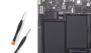 křížek baterie na MacBooku